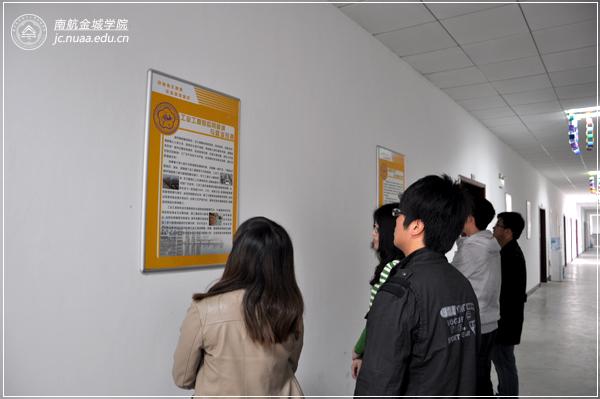 系办公室的走廊两侧,管理系已安装了数十块宣传展板