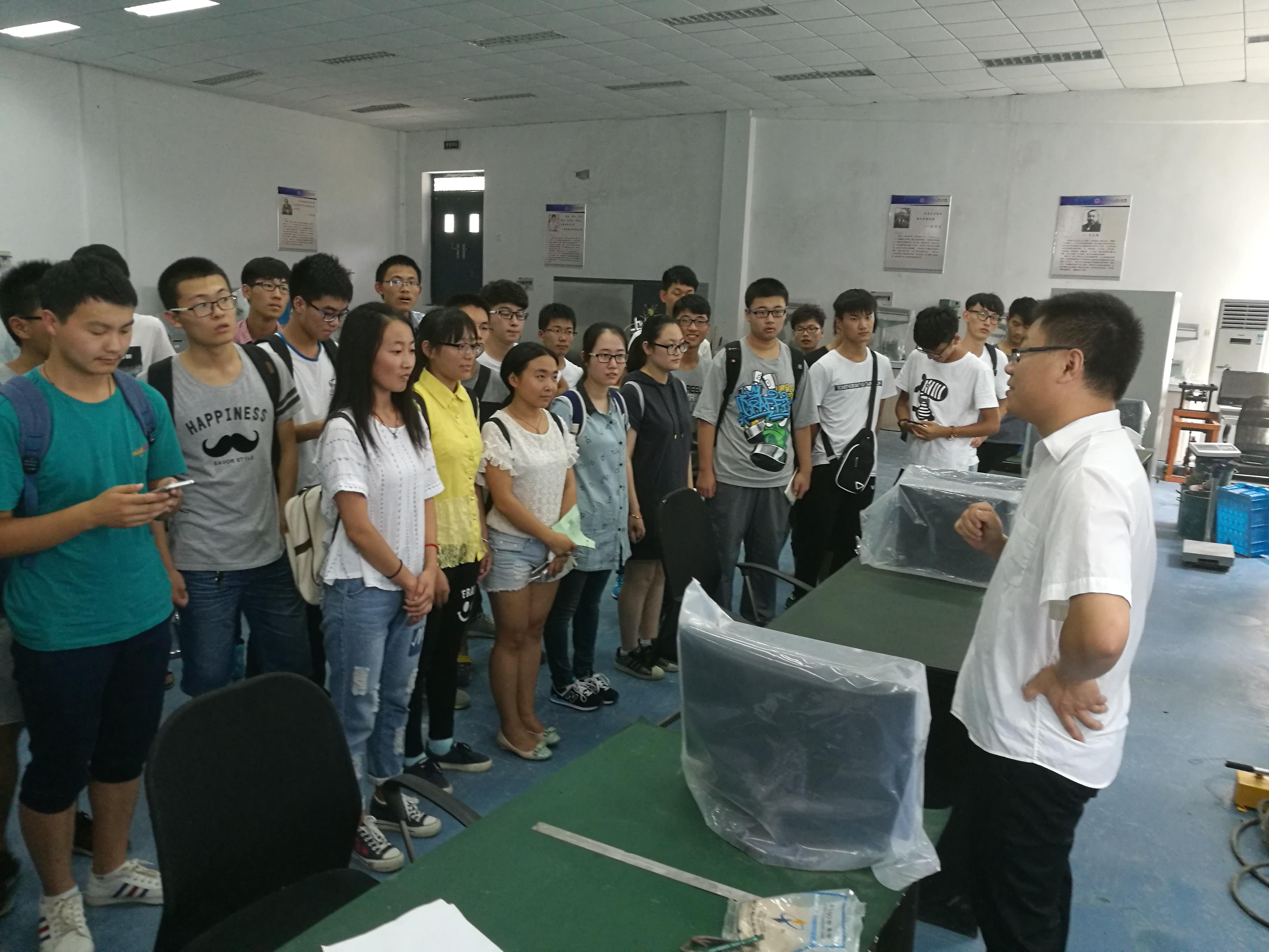 刘晓军老师介绍土木工程结构实验室