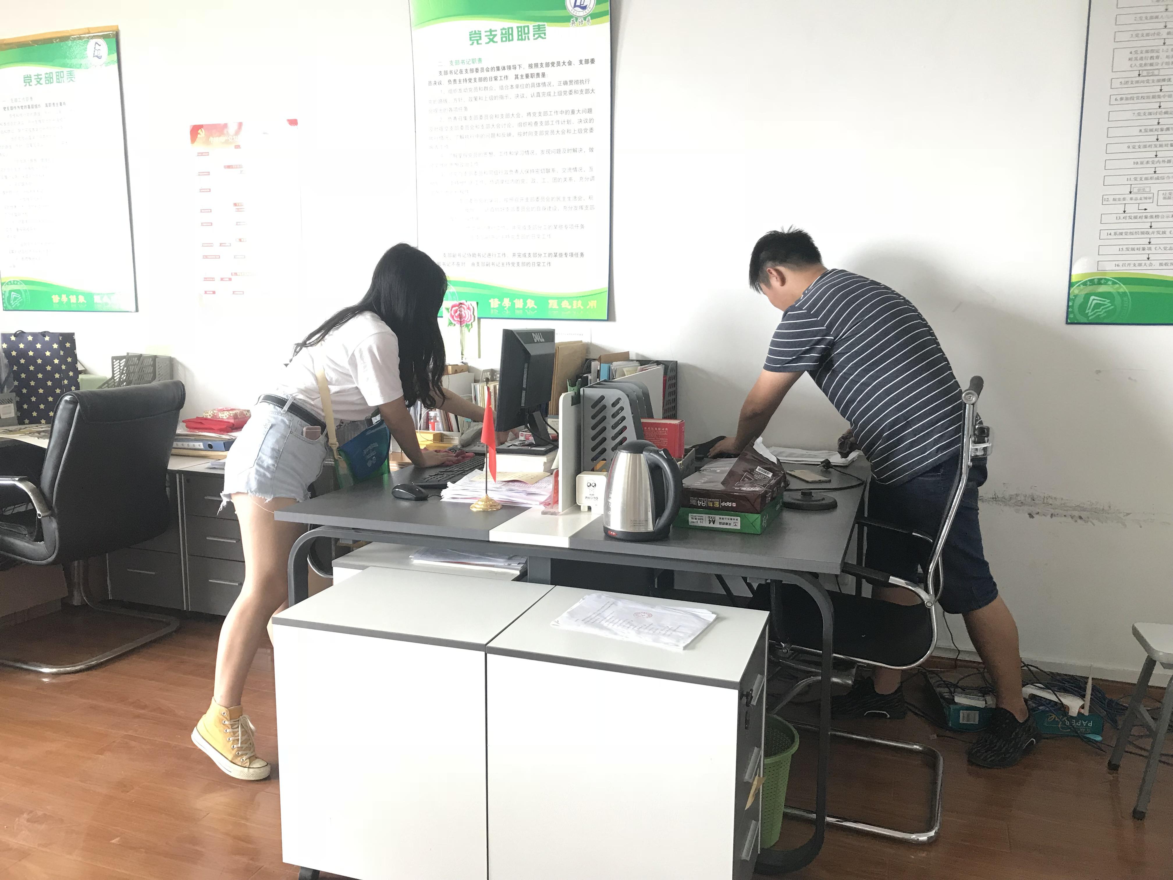 除了节日礼物,分团委的学生还热情的帮助老师打扫办公室卫生,拖地,擦